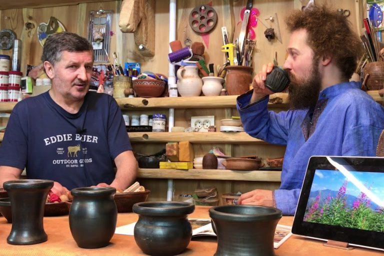 Александр Грачев (слева) дает интервью об Иван-чае, сопровождая его дегустацией полезного напитка.